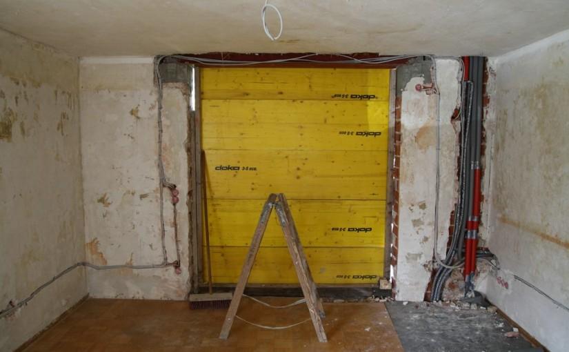 Heiz-, Brauchwasser- und Stromleitungen im Wohnzimmer