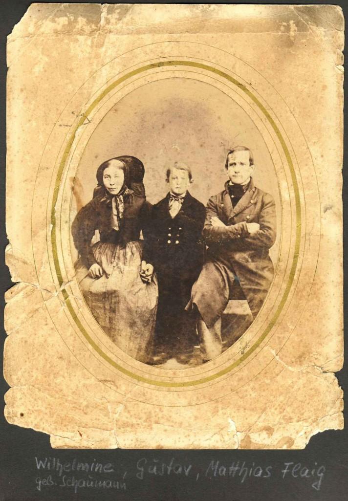 Matthias (*1827; †1900) und Wilhelmine Flaig (*1831; †1903), geb. Schaumann mit Sohn Gustav (*1853; †1918). [Seite 5]