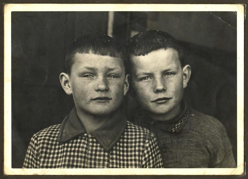 Vor dem Krieg in der Schule: Alois (*1930; †2004) und Hermann Flaig (*1928). [Seite 13]