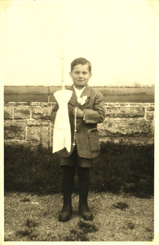 Arnold Flaig (*12.5.1939) bei seiner Erstkommunion 1949. [Seite 14, links]