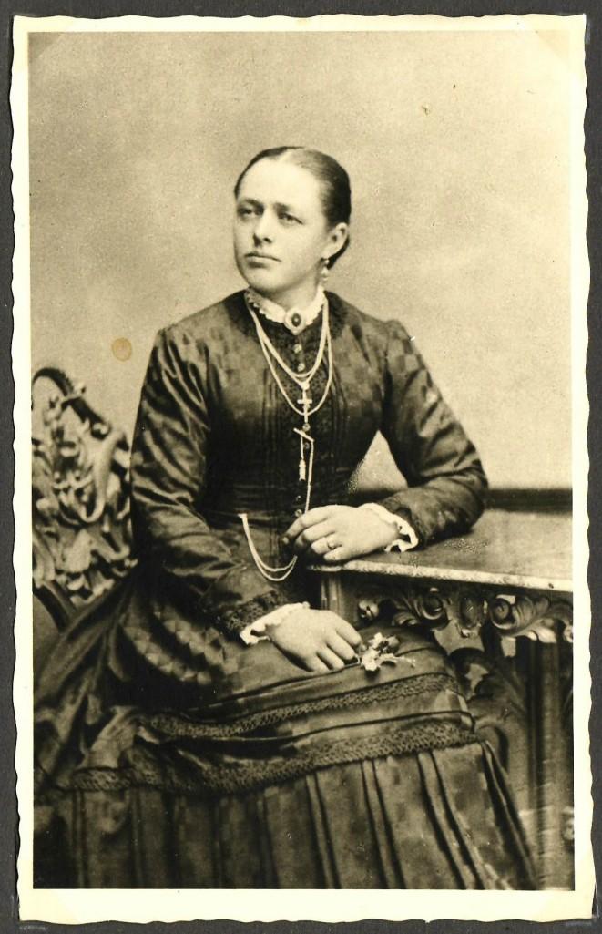 Theresia Wiedemann (*1864; †1899), geb. Schießel; Erste Frau von Georg Wiedemann, Mutter von Afra. [Seite 18]