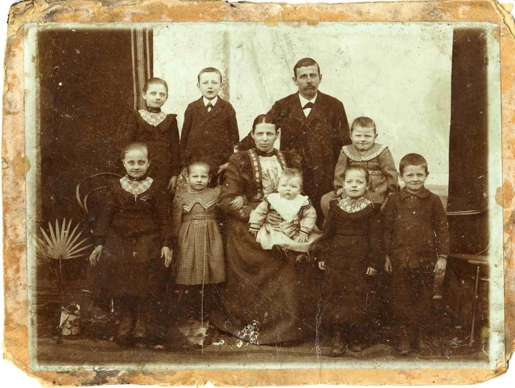 Georg Wiedemann (*1865; †1943) mit zweiter Frau Franziska; Bild um 1905). Von oben links: Afra, Georg, Georg Wiedemann (Vater), Fanny; Von vorne links: Schwester Bartolomä, Schwester Edigna, Franziska (Zweite Frau) mit Hans (Baby), Schwester Salvia, Josef. [Seite 19]