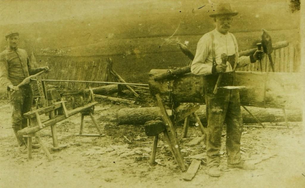 Brunnenmacher Otto (*1899; †1976) und sein Vater August (*1860; †1938). [Seite 26, oben]