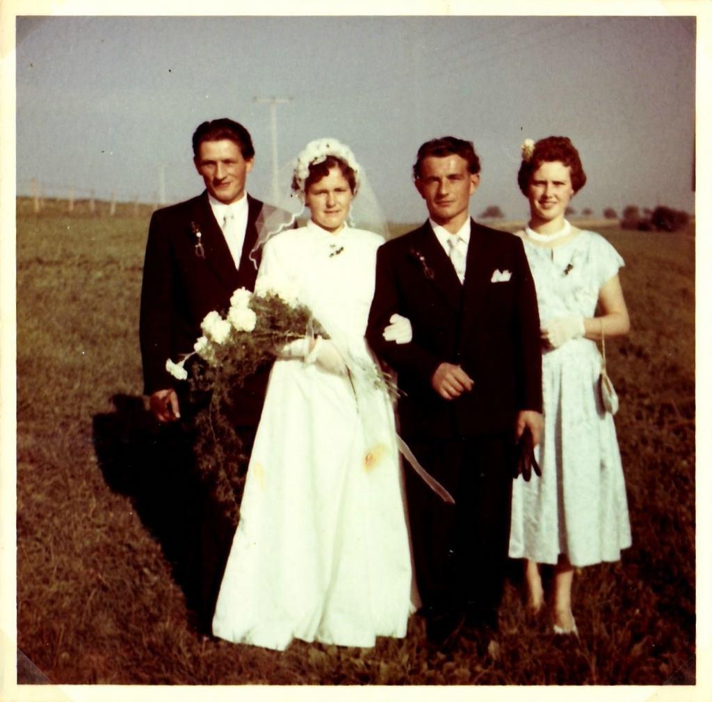 Von links: Alois Flaig, Braut Rosa mit Hermann Flaig und Johanna Maier (Schwester von Rosa). [Seite 31]