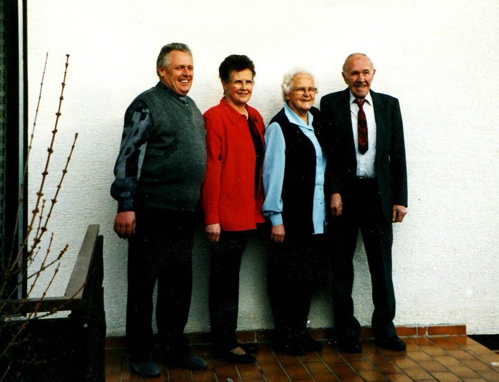 Brunnenmacher's Geschwister, von links: Norbert (*1941), Johanna (*1937), Rosa (*1931) und Karl (*1928). [Seite 33]
