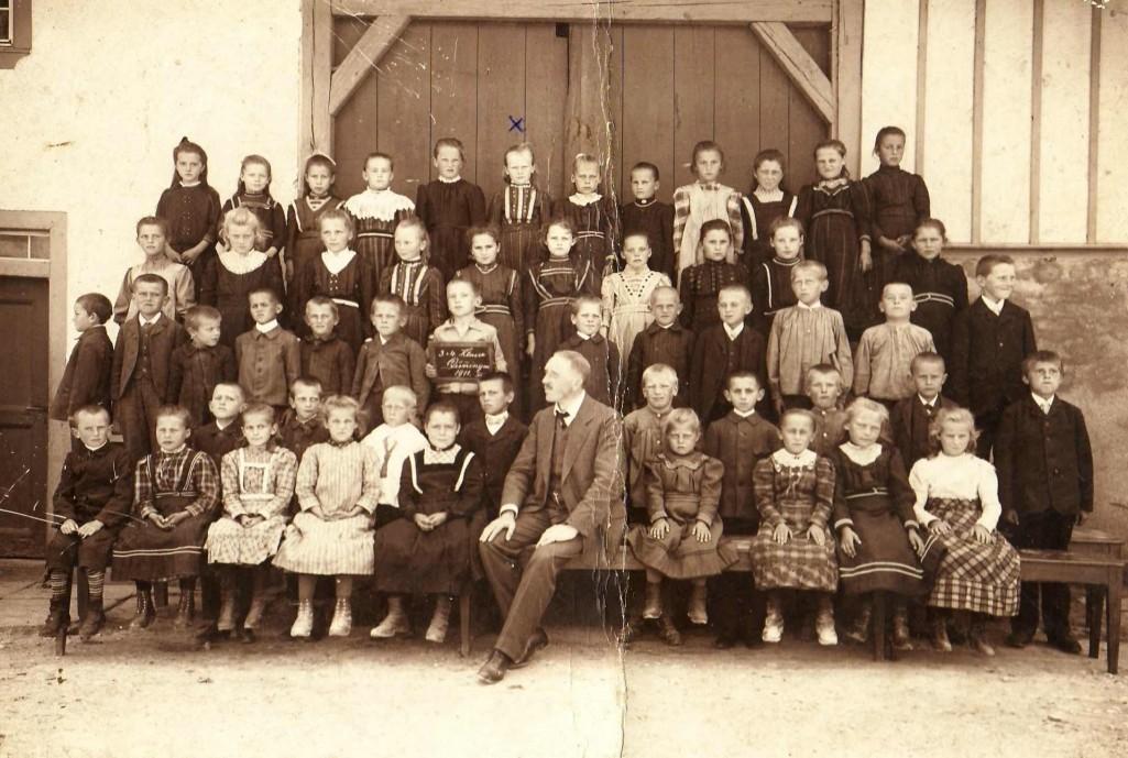 Schulklasse von Ida Maier (blaues Kreuzchen, hinten, sechste von links), Frau von Otto Maier, Mutter von Rosa; Zweithinterste Reihe, vierte von links: Ihre Schwester Hedwig Maier mit demselben Kleid, ein Jahr älter. [Seite 41]
