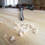 Holzdübel-Setzen zur Verankerung im Bock