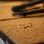 Schleifstaub bedeckt den Dachboden
