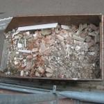 Container mit alten Dachplatten